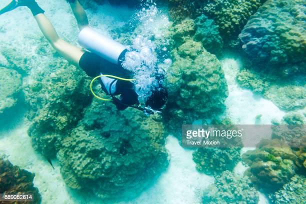 プーケット、タイの女性スキューバダイバー - 潟湖 ストックフォトと画像