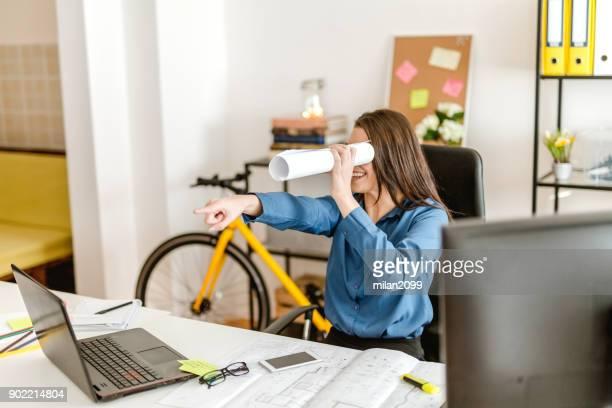 vrouw zoeken via handgemaakte verrekijker - zoeken stockfoto's en -beelden
