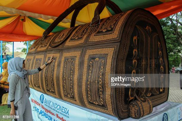 LHOKSEUMAWE ACEH INDONESIA A woman seen touching the world largest handbag This large handbag is the work of the Acehnese scouted by the Bank of...