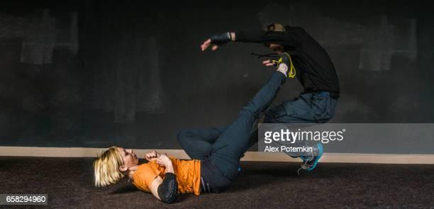 Astuce du femme légitime défense contre une attaque de l'homme. Femmes fortes, pratiquant d'art martial de self-défense Krav Maga