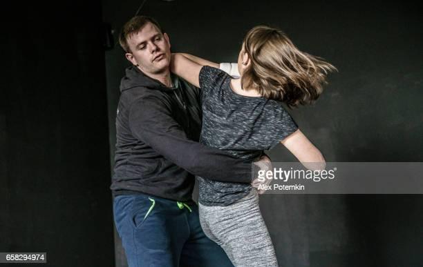 Frau Notwehr gegen Angriffe des Mannes Trick. Starke Frauen üben Selbstverteidigung Kampfkunst Krav Maga
