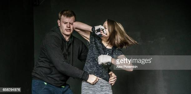 Vrouw zelfverdediging truc tegen de man aanvallen. Sterke vrouwen oefenen zelfverdediging vechtsport Krav Maga