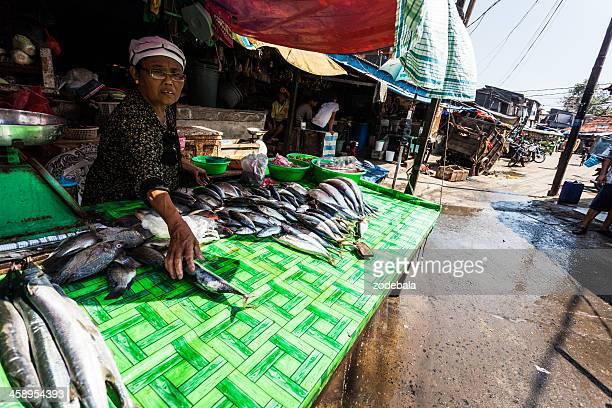 女性の市場で販売魚のジャカルタ,インドネシア - 干物 ストックフォトと画像