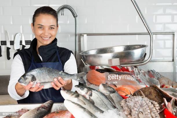 woman selling fish - bancarella foto e immagini stock
