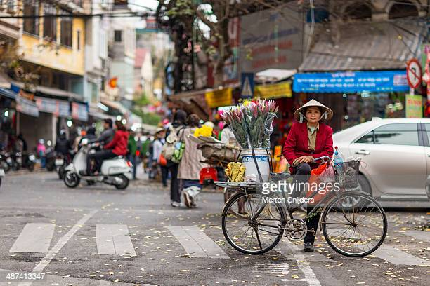 woman selling flowers on hàng gà street - merten snijders stock pictures, royalty-free photos & images