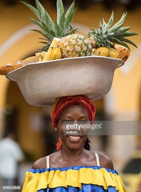 woman selling fruits in cartagena - cartagena colombia foto e immagini stock