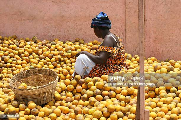 woman selling oranges at market in ghana - ghana africa fotografías e imágenes de stock