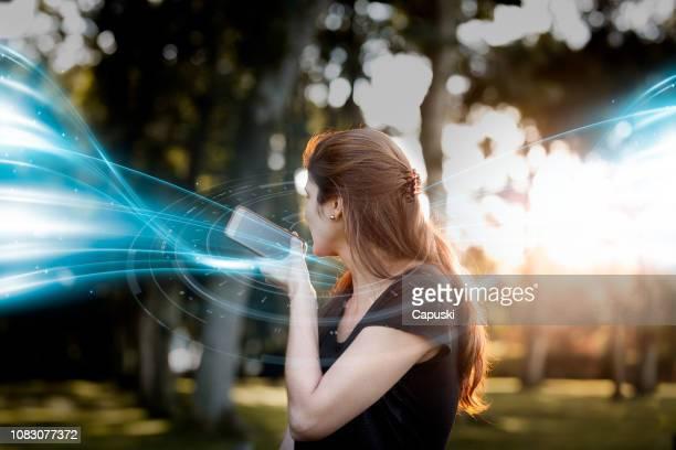 conceito de mensagem de voz envio mulher - postando - fotografias e filmes do acervo