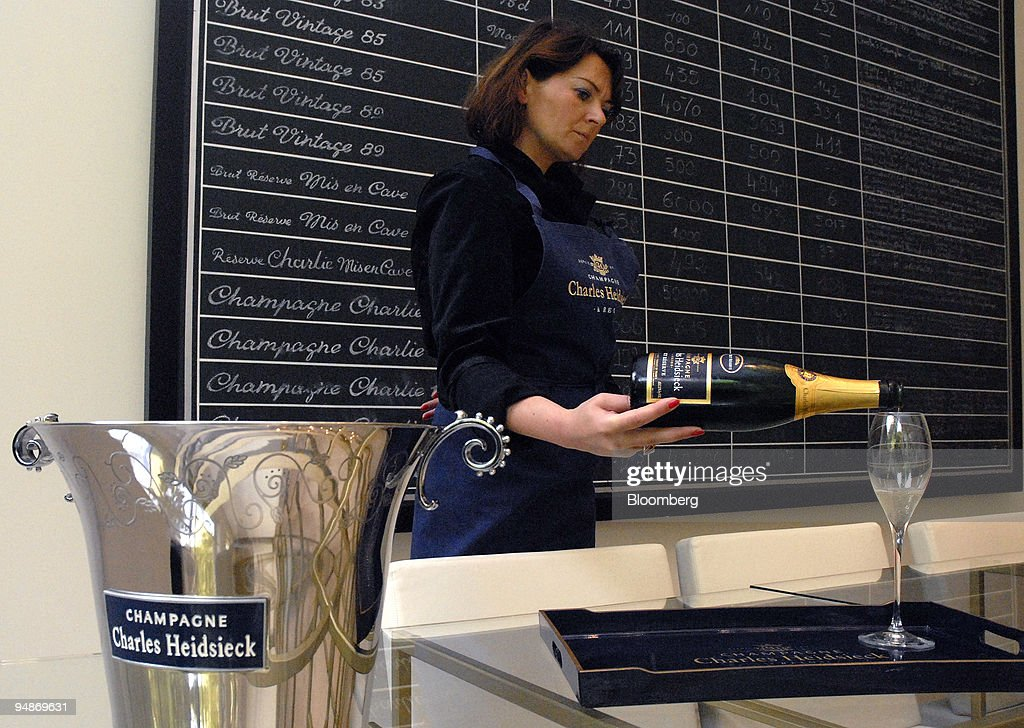 A woman serves champagne at the Piper-Heidsieck champagne fa : ニュース写真