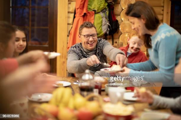 servindo a sobremesa para a família dela - ski holiday - fotografias e filmes do acervo