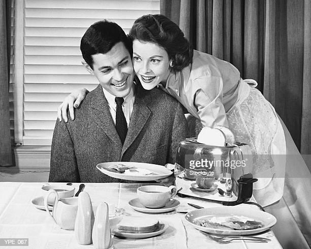 女性、男性の朝食を - 一張羅 ストックフォトと画像