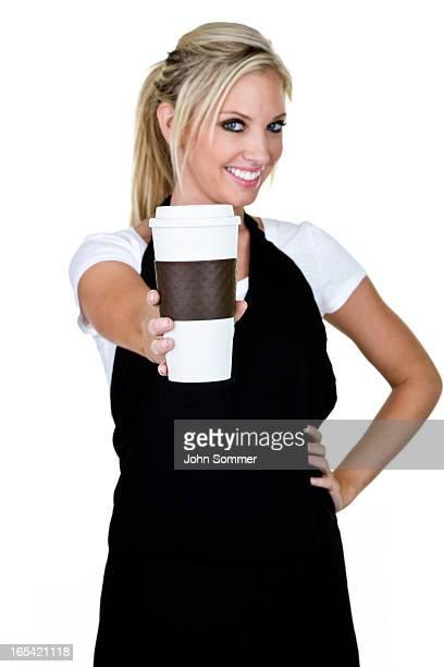 Mujer que sirve café
