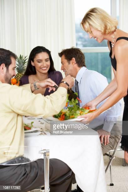 Femme avec des amis à dîner salade