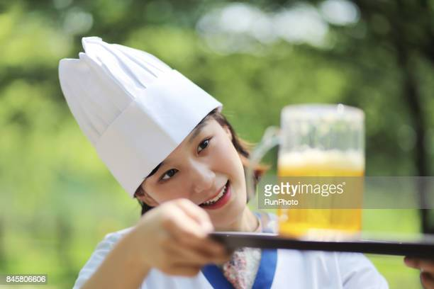 Woman serving while watching beer Part-time job