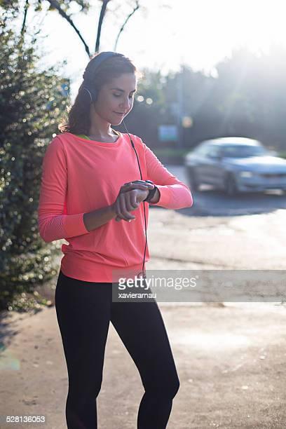Frau, die sich die smart watch für running