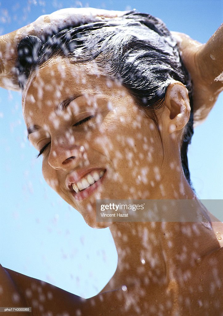 Woman shampooing hair, eyes closed, close-up : Stockfoto