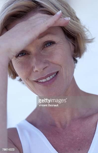 woman shielding eyes - parte do corpo humano imagens e fotografias de stock