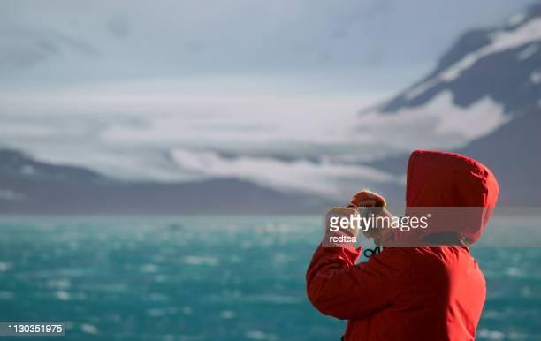 女性船ビュー南極半島氷いっぱい - 南極 ストックフォトと画像
