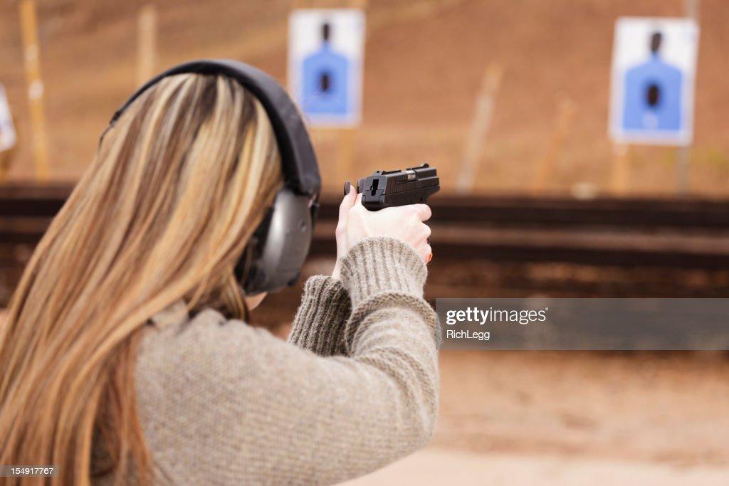 Mulher no campo de Tiro de carabina : Foto de stock