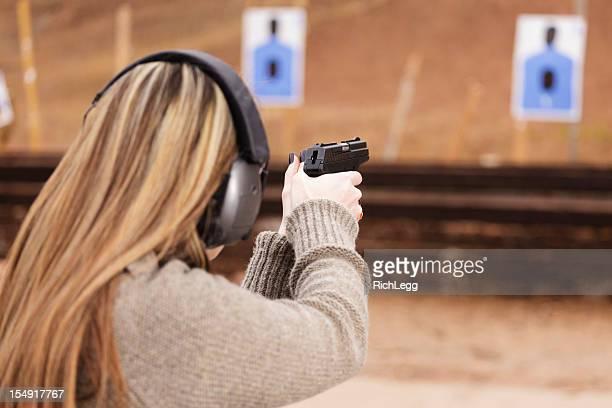 mulher no campo de tiro de carabina - armamento - fotografias e filmes do acervo