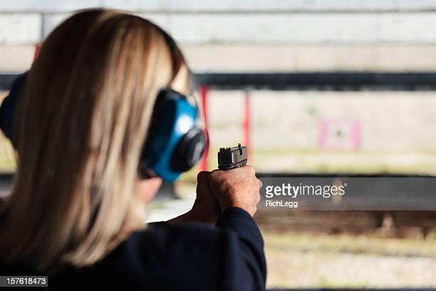 mulher no campo de tiro de carabina - mulheres com armas imagens e fotografias de stock