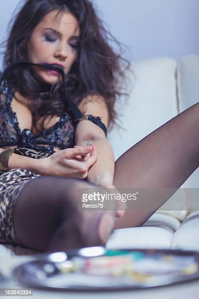donna tiro eroina - sniffare droga foto e immagini stock