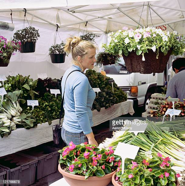woman (20-25 years) shopping at a farmers market - この撮影のクリップをもっと見る 2025 stock pictures, royalty-free photos & images