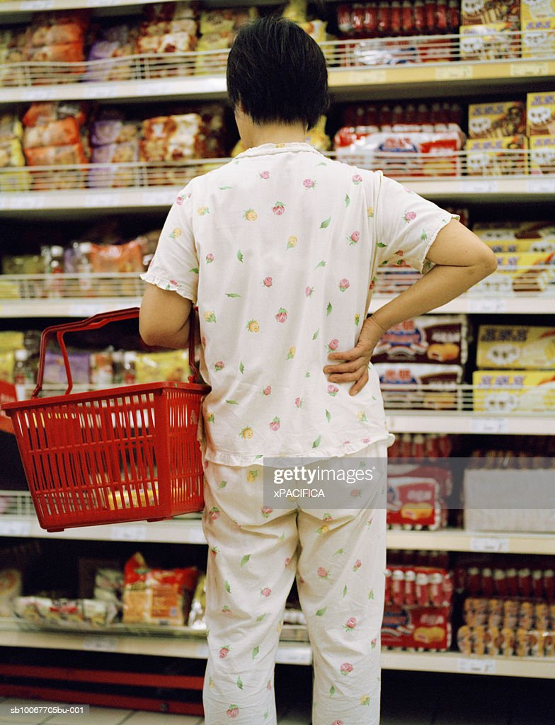 Woman shopping at grocery store, rear view : Stock-Foto