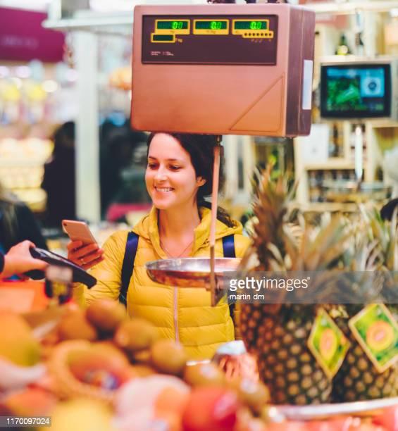woman shopping at the farmer's market - bancarella di verdura foto e immagini stock