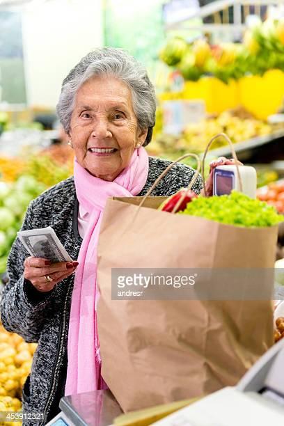 女性のスーパーでのショッピング