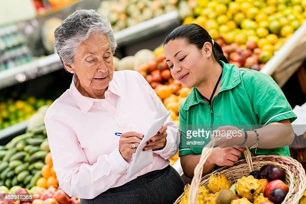 Mulher às compras no supermercado