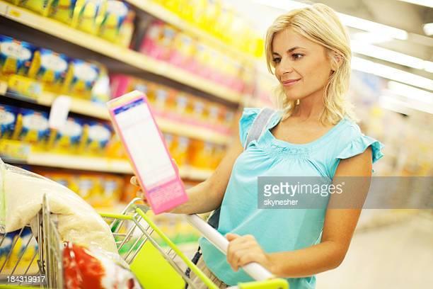 Frau shopping Zerealien.