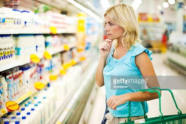 Frau shopping für Milchprodukte mit einem Lebensmittelgeschäft
