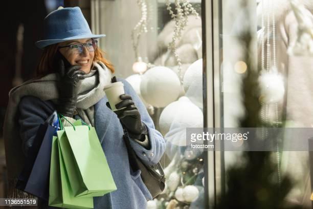 冬の休暇中の女性のショッピング
