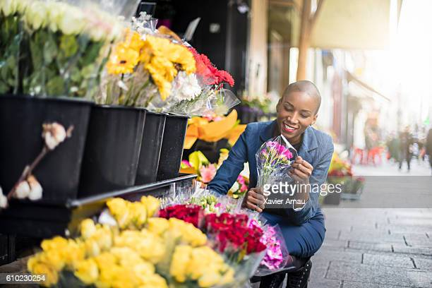 woman shopping flowers in the streets of paris - mid adult women stock pictures, royalty-free photos & images