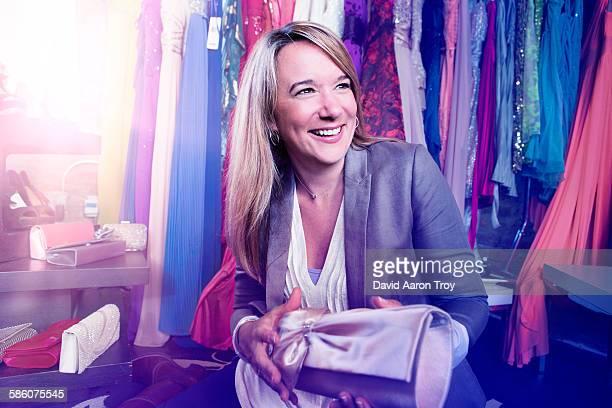 woman shopping for a clutch - troy price imagens e fotografias de stock