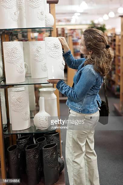 Frau Shopping für eine Keksdose