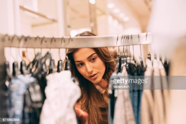 Femme shopping pour les vêtements