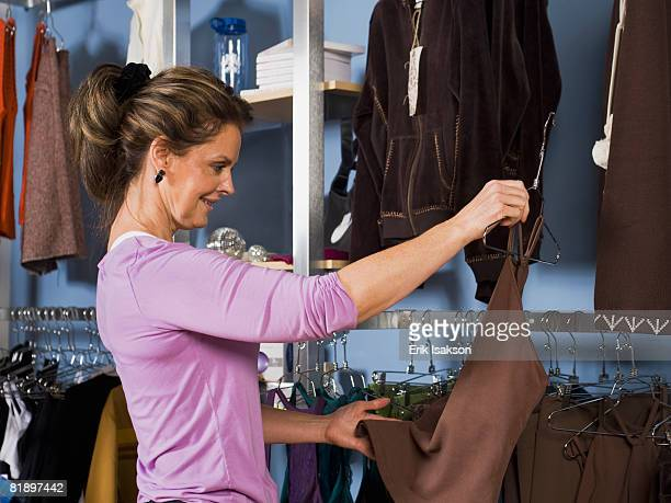woman shopping for clothing - vêtement pour femmes photos et images de collection