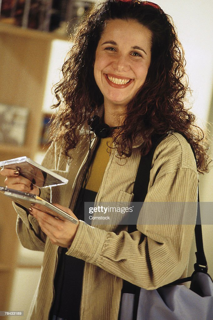 Woman shopping for compact discs : Stockfoto