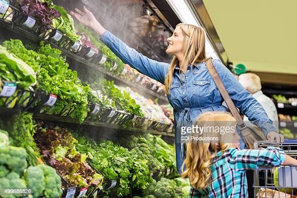 Mujer de compras por los productos frescos en supermercado