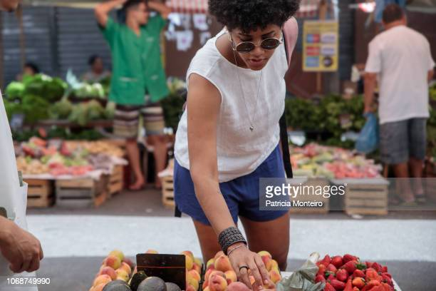 woman shopping for fruits at a street market in the city of rio de janeiro - showus - fotografias e filmes do acervo