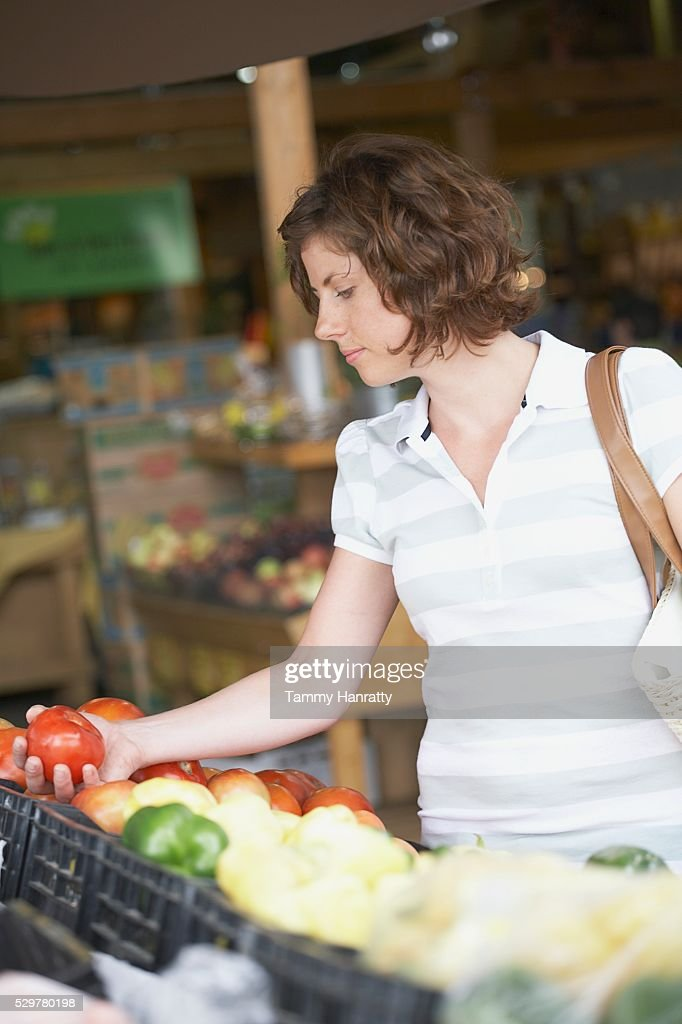 Woman shopping for groceries : Bildbanksbilder