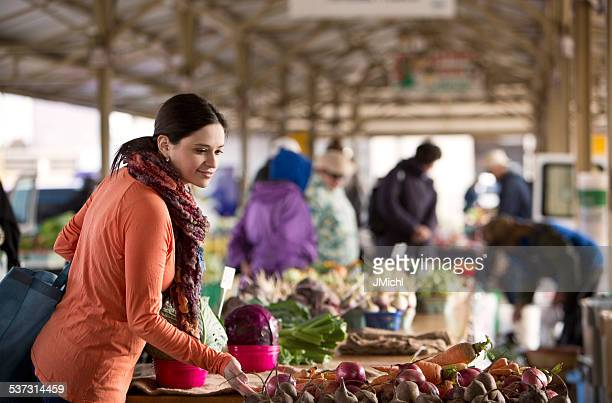 woman shopping for produce at a midwest farmers market. - farmers market stock pictures, royalty-free photos & images