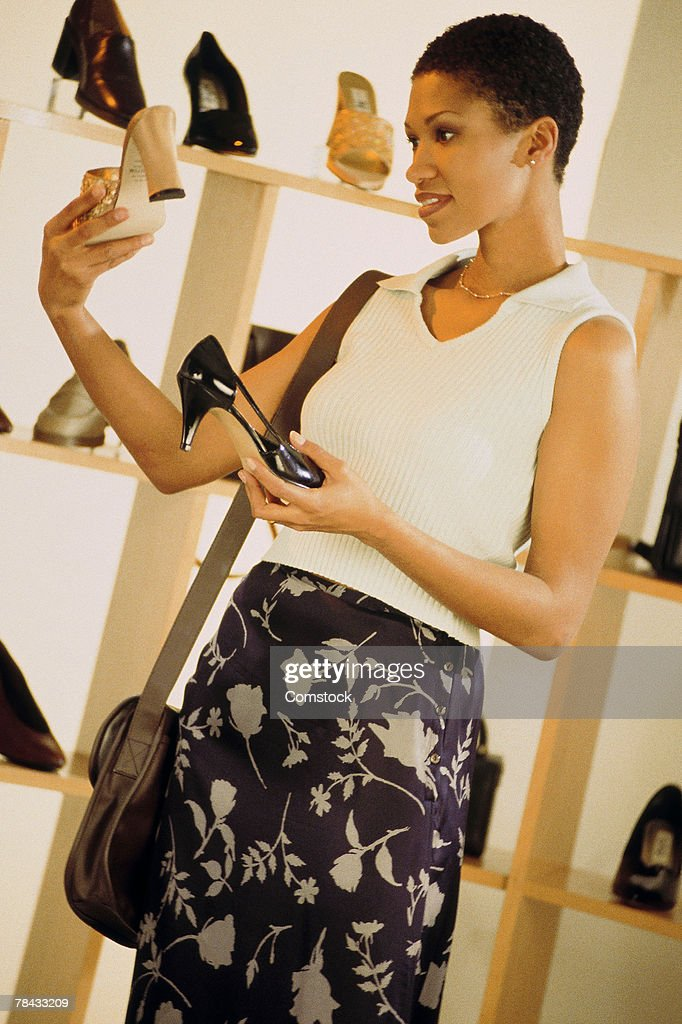 Woman shopping for shoes : Stockfoto