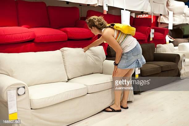 Frau Shopping für sofa
