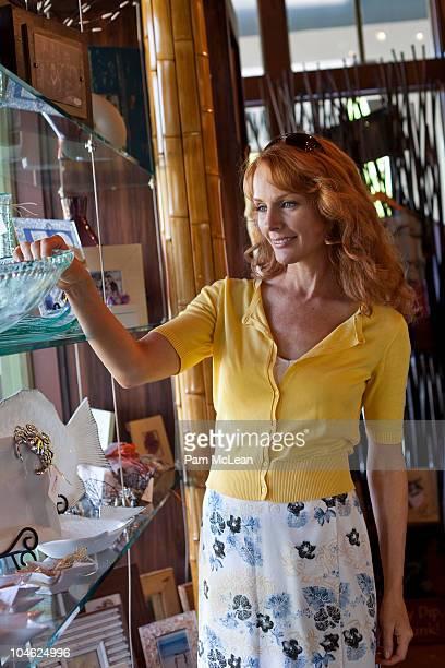 woman shopping for souvenirs. - ギフトショップ ストックフォトと画像