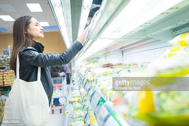 女性のスーパーでは、野菜の高級ショッピング