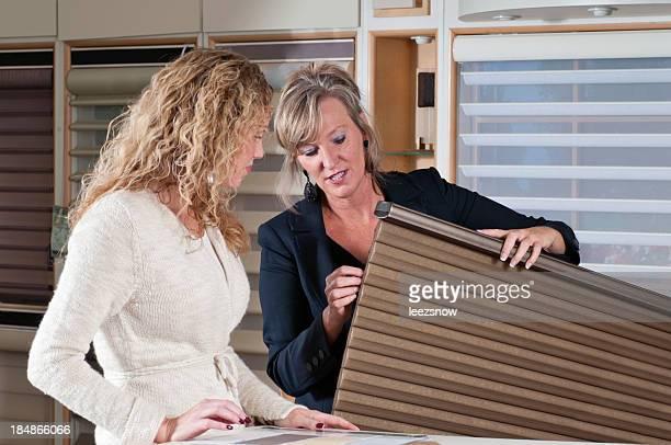 Mujer compras para las cortinas de la ventana
