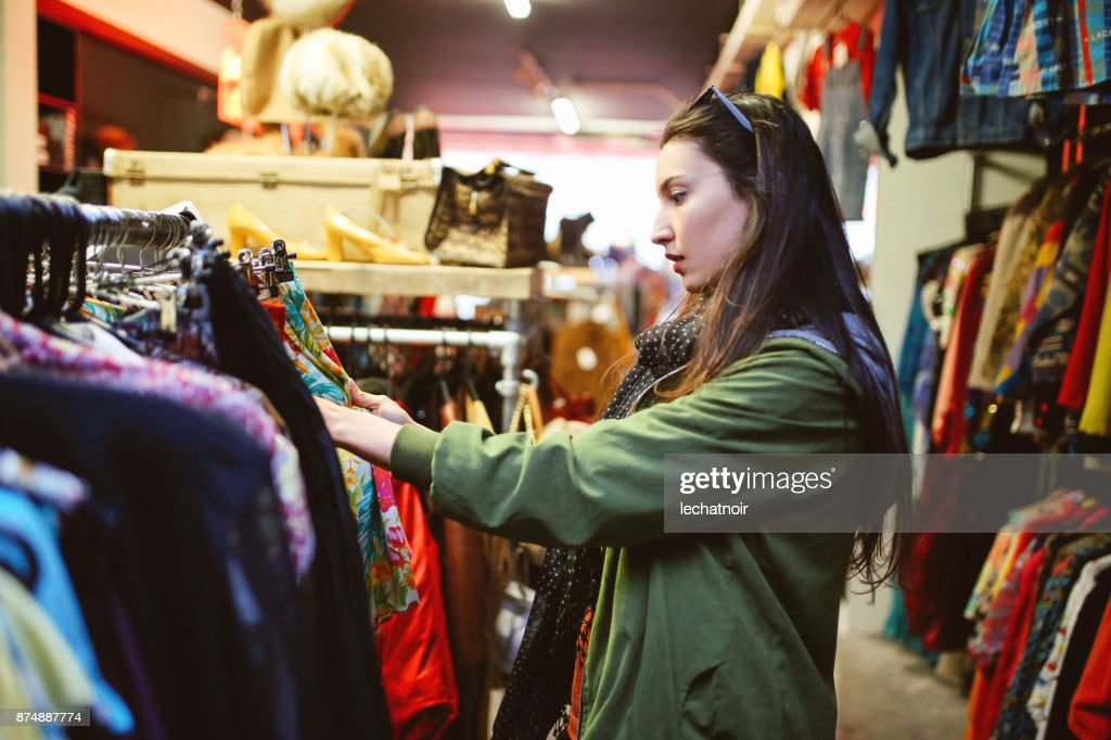 ロンドンで 2 番目の手の市場ショッピング女性 : ストックフォト